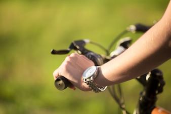 Arm van het meisje met horloge