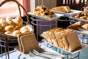 Assortiment van verse gebak op tafel in buffetvorm