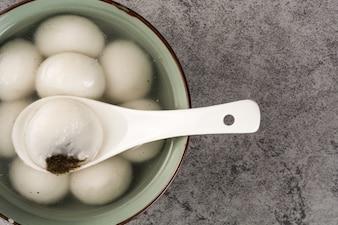 Aziatische soep met een lepel