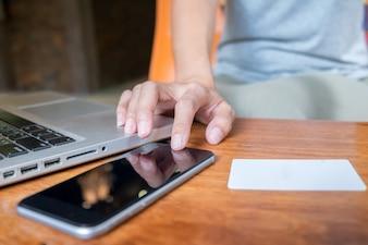 Aziatische zakenvrouw met behulp van laptop voor online winkelen.Vintage toon, Retro filter effect, Zachte focus, Laag licht. (Selectieve focus)