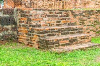 Baksteen trap in het park