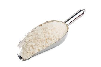 Basmati rijst in een houten kom op een witte achtergrond