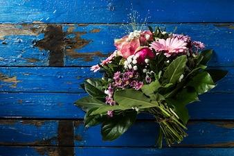 Beautifu pastelkleuren boeket op blauwe rustieke oude tafel. Bovenaanzicht.