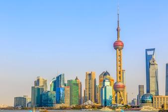 Beroemde stad oosterse financiën cityscape blauwe lucht