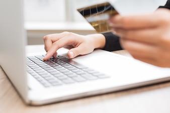 Bijgesneden oog van de persoon die online betalen