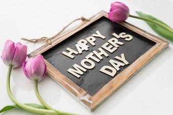 Blackboard met de dag van de moeder belettering en rozen