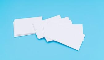 Blanco visitekaartje op blauwe achtergrond.