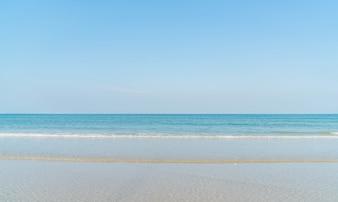 Blauwe lucht met zee en strand