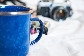 Blauwe mok en camera