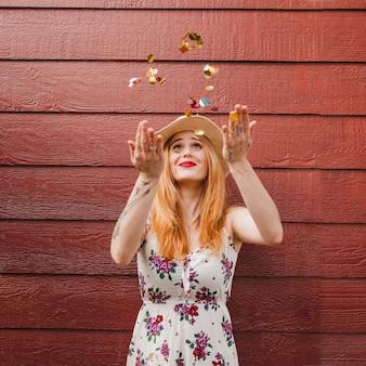 Blond meisje gooien confetti