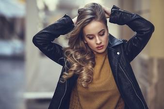 Blonde buitenshuis mooie lifestyle golvende