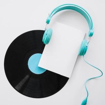 Boekje mockup met koptelefoon en vinyl