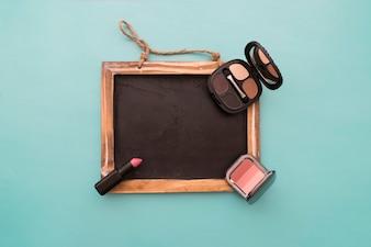 Bord met make-up en lippenstift