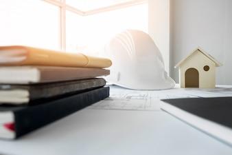 Bouwuitrusting. Reparatiewerkzaamheden. Tekeningen voor het bouwen Architectonisch project, blauwdrukrollen en divider kompas op tafel. Engineering tools concept met kopie ruimte.
