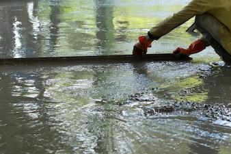 Bouwvakker giet betonvloeren, Bouwconstructie ter plaatse met arbeid, Huisbouwconcept