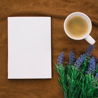 Bovenaanzicht boek mockup met koffie
