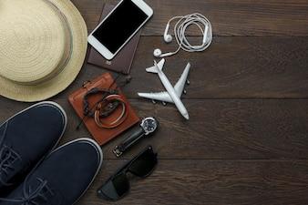 Bovenaanzicht reiselementen op houten achtergrond