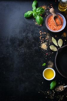 Bovenaanzicht van de kom met linzen en de verscheidenheid van specerijen