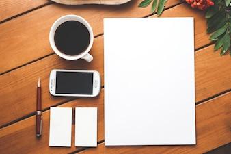 Bovenaanzicht van een bureau met een kopje koffie