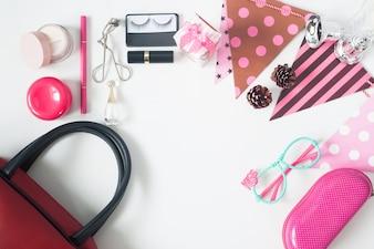Bovenaanzicht van essentiële schoonheidsproducten, bovenaanzicht van feestartikelen, rode handtas, modebrillen en cosmetica, bovenaanzicht geïsoleerd op witte achtergrond