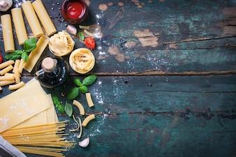 Bovenaanzicht van houten tafel met verschillende soorten pasta