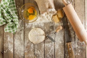 Bovenaanzicht van ingrediënten voor het deeg voor te bereiden