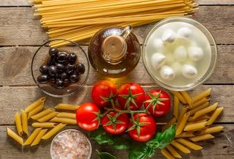 Bovenaanzicht van ingrediënten voor het koken pasta