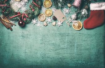 Bovenaanzicht van kerst decoratie met oranje plakken