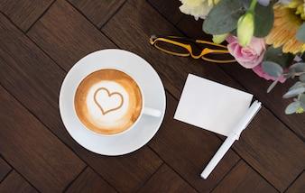 Bovenaanzicht van latte kunst hart vorm