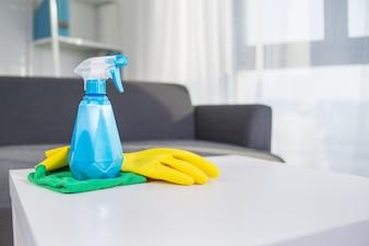 Bovenkant huishoudelijke schoonmaakproducten: Spuit, handschoen