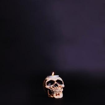 Brandende kaars in de schedel