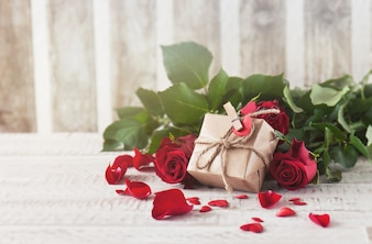 Brown gift ondersteund op rozen