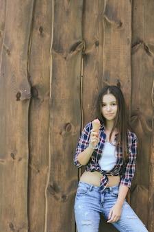 Bruin shirt model jeans eten