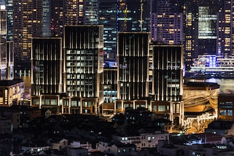 Bureauwolkenkrabber view 's nachts downtown