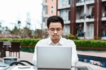 Business Concept - Jonge zakenman plan project op zijn eigendom met laptop.