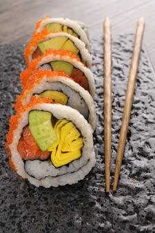 California roll sushi met kaviaar en eetstokjes