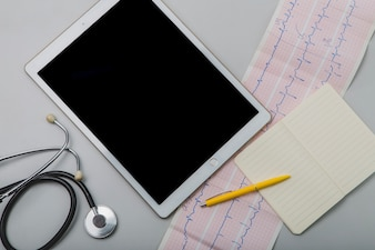 Cardiogram en tablet met notitieblok
