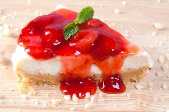 Close-up aardbeiencake op houten plaat op houten tafel.