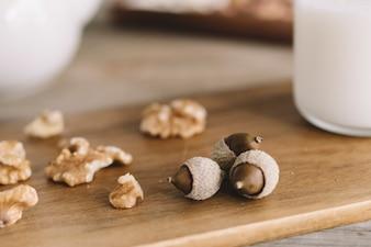 Close-up uitzicht op hazelnoten en walnoten