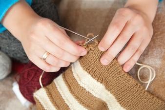 Close-up van breien vrouw handen