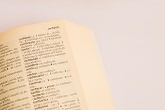 Close-up van pagina in woordenboek
