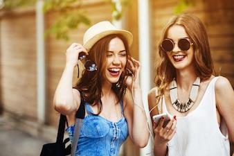 Close-up van vrienden lachen en luisteren naar muziek