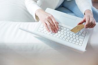 Close-up van vrouwelijke handen maken van online betaling