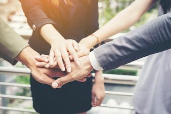 Close-up van zakenmensen hand in hand. Teamwork concept.
