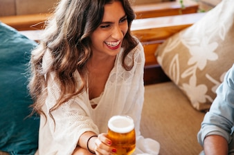 Close-up weergave van lachende vrouw met bier