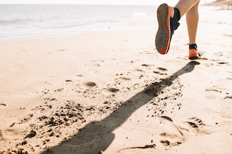Close-up weergave van man joggen op het zand