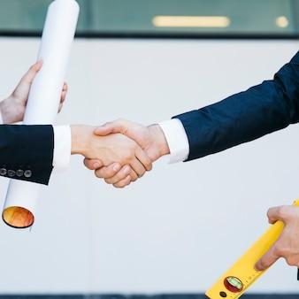 Close-up weergave van zakenman en zakenvrouw handen schudden