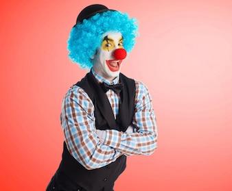Clown lachend met de armen gekruist