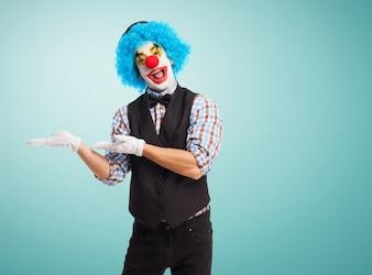 Clown met de handen op de heupen en lachend