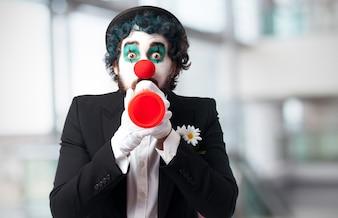 Clown met een stuk speelgoed trompet